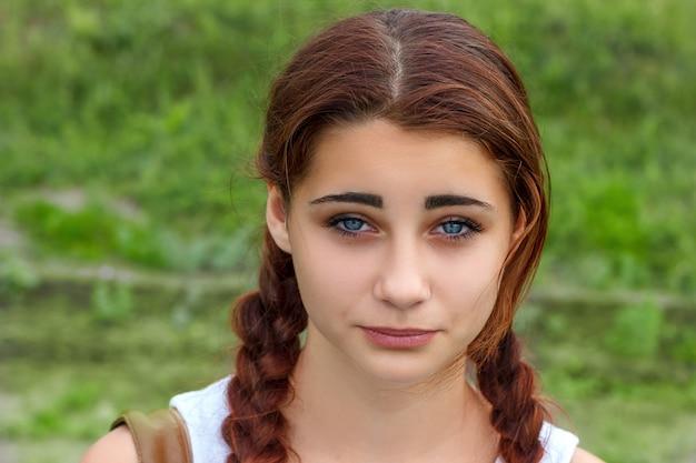 Портрет молодой красивой женщины с грустным лицом.