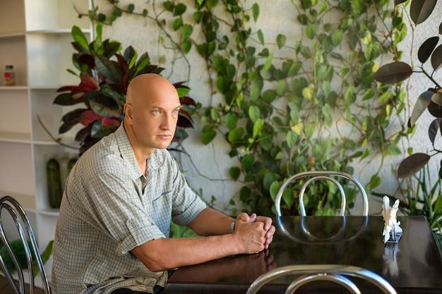 Мужчина сидит за столом в кафе