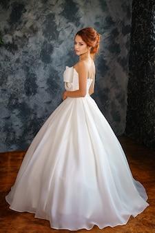 ウェディングドレスの美しい若い女性