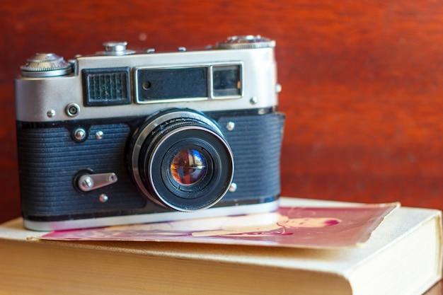 古いカメラはテーブルの上