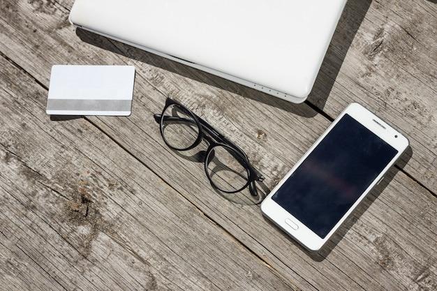 Ноутбук и кредитная карта на столе