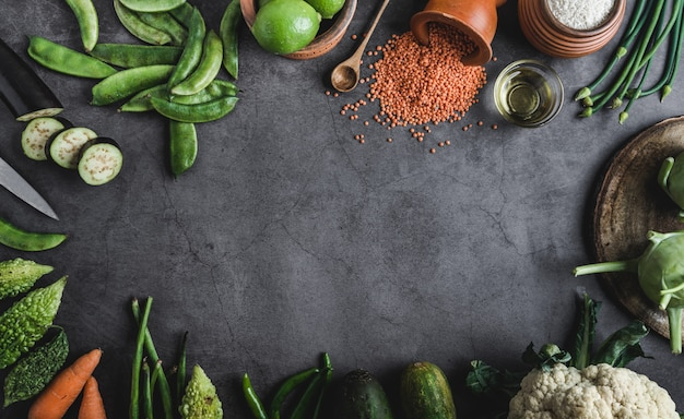 中央のテキストメッセージ用のスペースと黒いテーブルの上の新鮮な野菜