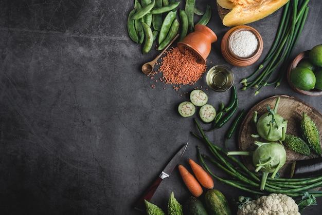 メッセージのためのスペースを持つヴィンテージの黒いテーブルの上の新鮮な野菜