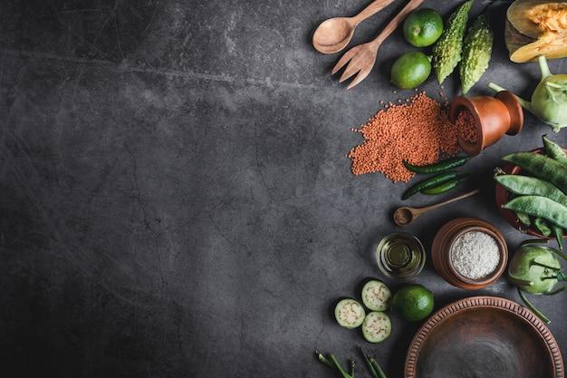 テキスト用のスペースと黒いテーブルの上の新鮮な野菜