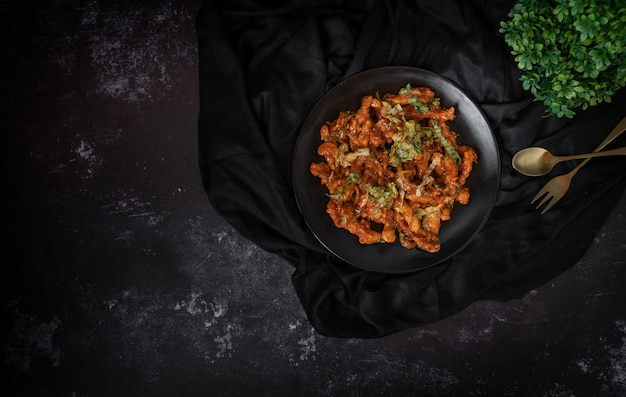 暗い背景でサラダやカシューナッツのサラダボウルのトップビュー