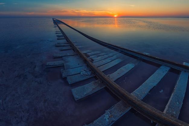 塩味の湖の美しさの夕日