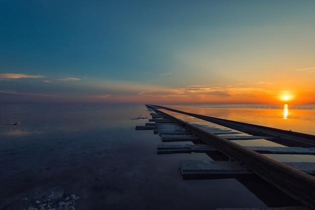 塩辛い湖の夕日