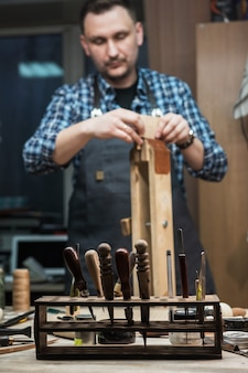 Концепция ручного ремесленного производства изделий из кожи.
