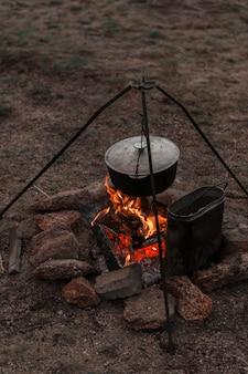 キャンプファイヤーで食べ物を準備する