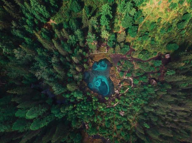 温泉のある間欠泉(青、銀)湖