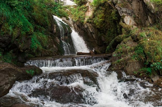 テレツコイェ湖のチョードル滝
