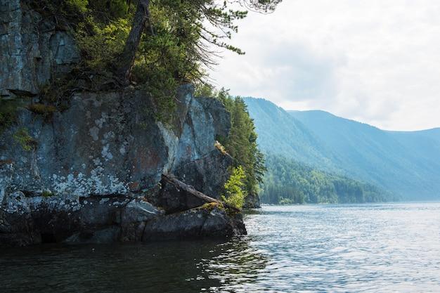 Телецкое озеро в горах алтая