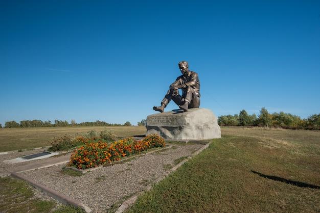 スロスキ村のヴァシリーシュクシン記念碑。アルタイスキー地方。西シベリア。ロシア