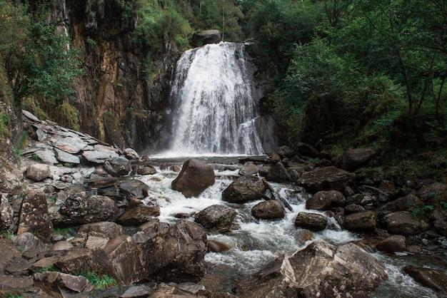 テレツコイェ湖のコルブ滝