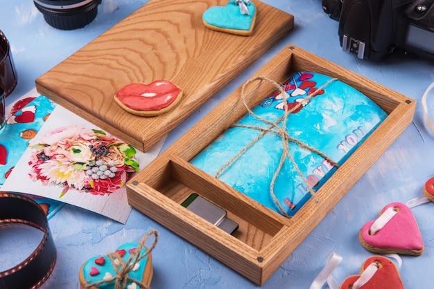 結婚式の日の写真付き木製フォトボックス。