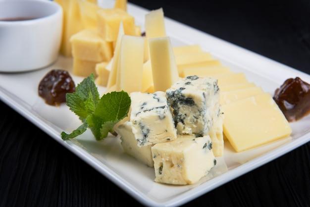 Сырная тарелка крупным планом