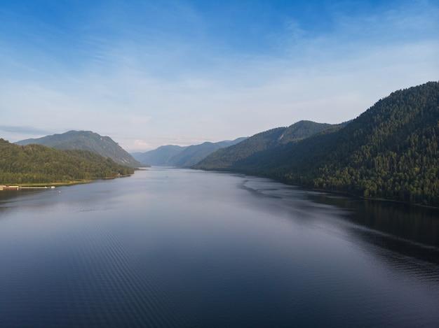 Вид с воздуха на телецком озере в горах алтая