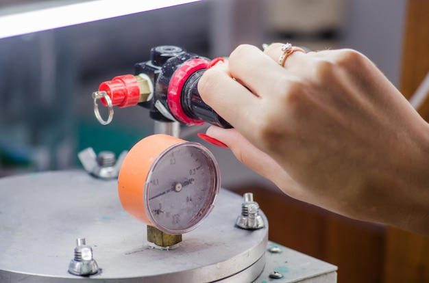 Ювелир работает с восковым модельным кольцом в своей мастерской