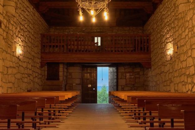 Вид изнутри старой церкви со свечами
