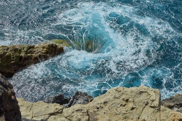 海で泡と自然な渦