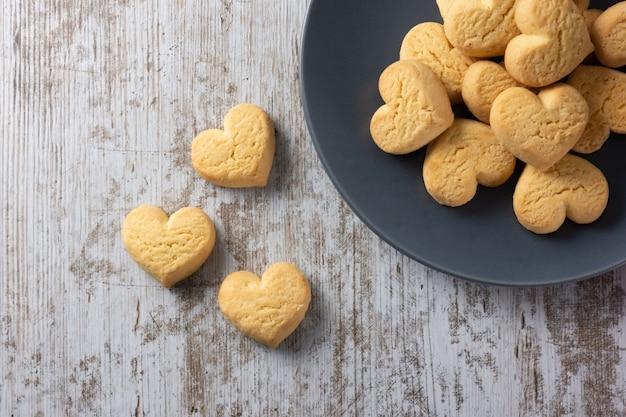 Печенье в форме сердца на светлом деревенском фоне