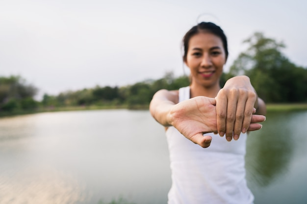 健康的な若いアジアランナーの女性運動やヨガの前に体をストレッチウォームアップ