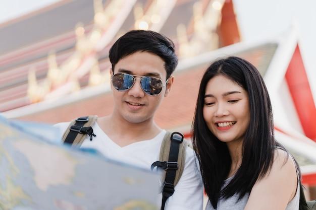 Направление азиатской пары путешественника на карте местоположения в бангкоке, таиланде