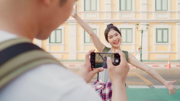 Путешественник азиатская пара путешествия в бангкоке, таиланд