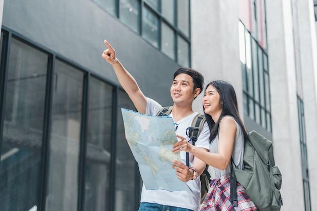 Направление азиатской пары путешественника на карте местоположения в пекине, китай