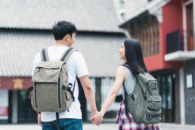Путешественник азиатских рюкзаком пара счастлива путешествовать в пекине, китай