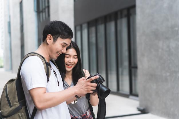 中国の北京で休暇旅行を過ごしながら写真を撮るためにカメラを使用して旅行者アジアカップル