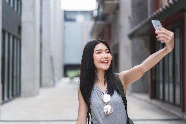 中国の北京でアジアのブロガーの女性旅行