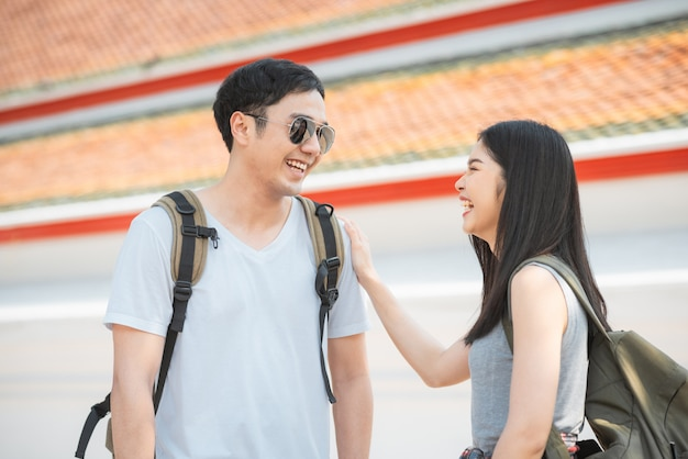 旅行者アジアカップル旅行、バンコク、タイを歩く
