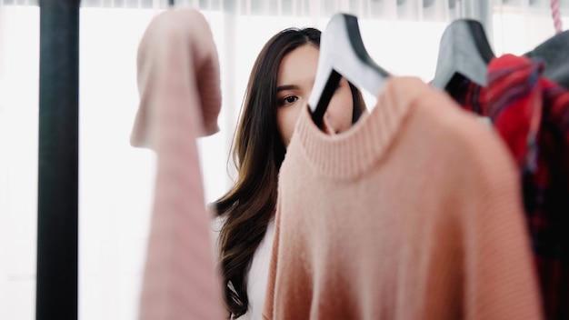 Домашний гардероб или магазин одежды, раздевалка.