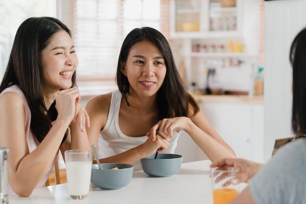 アジアの女性は家で朝食をとる