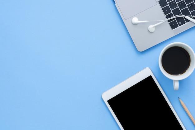 オフィスデスクの作業スペース - ラップトップと作業スペースのフラットレイのトップビューモックアップ写真