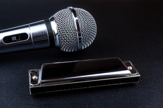 Микрофон и губная гармошка