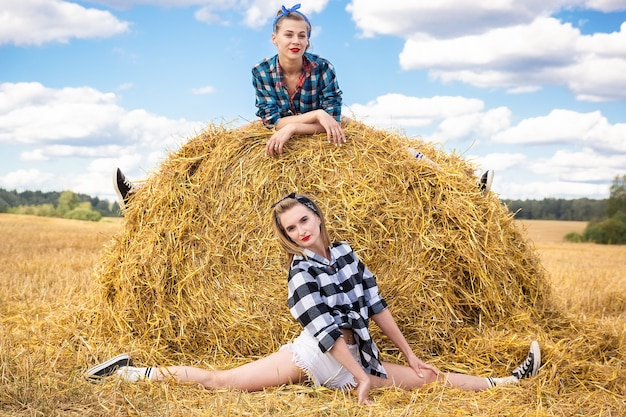 干し草の束の上の少女