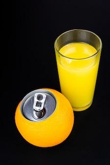 黒の背景にオレンジジュース