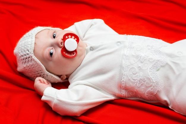 赤い布の上の赤ちゃん