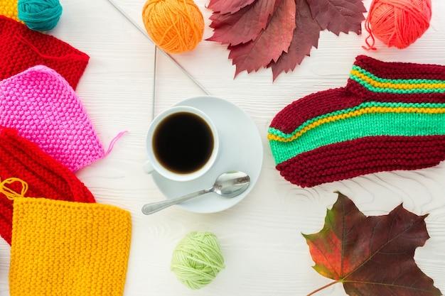 コーヒーのマグカップと編み物