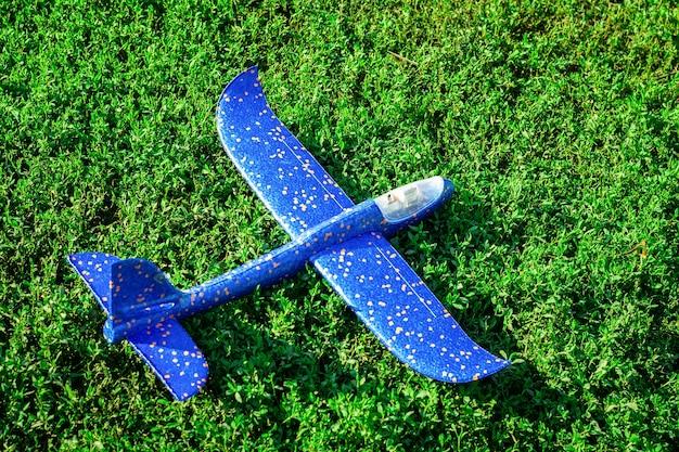 芝生の上の飛行機