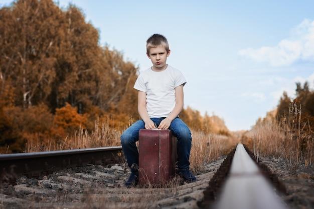 少年スーツケース鉄道