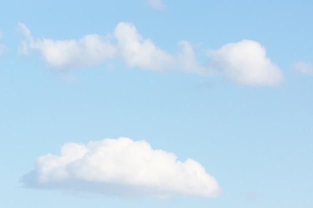 Голубое небо с облаком