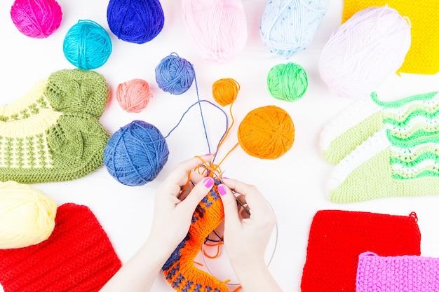 女の子は靴下編み針を編む