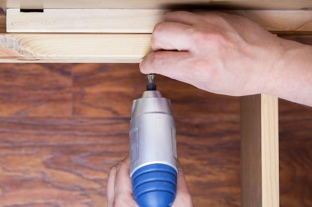木製家具の組み立て