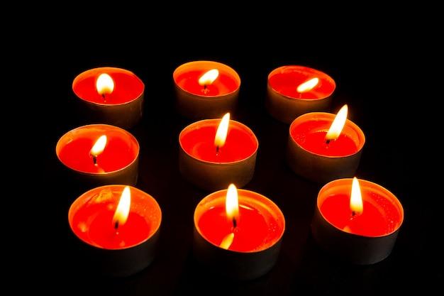 Горящие свечи на черном фоне