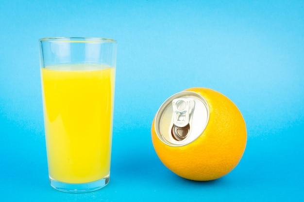 青色の背景にオレンジジュース