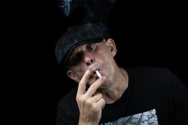 タバコを持つ男