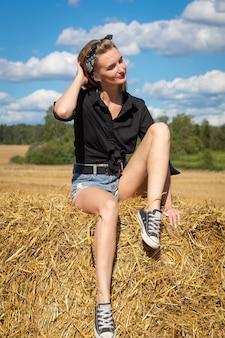 干し草の束の女の子